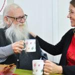 Besöket från Blomsterfonden ger julen mening för Gunnar, 86