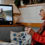 Tekniken för den analoga generationen – så motverkar Komp ofrivillig ensamhet hos de äldre